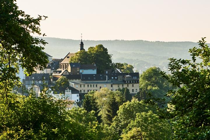 Blick auf den alten Stadtkern von Grenzhausen. Natur Kultur Keramik