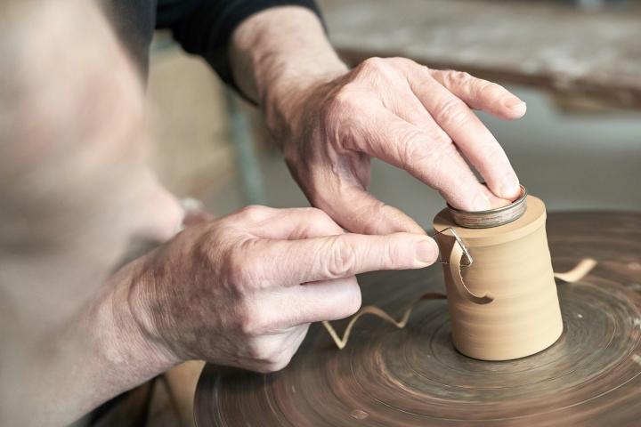 Toepfern, Toepferscheibe, Höhr-Grenzhausen, Westerwald, Rheinland-Pfalz, Kannenbäckerland, naturkulturkeramik, natur-kultur-keramik, keramik, drehscheibe, emilheger, ton, handarbeit