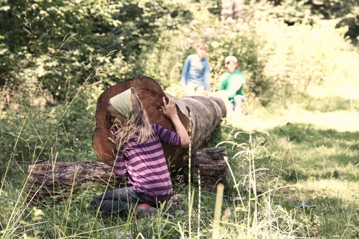 kinder, spielen, natur, wald, baumstamm, mädchen, spaß, baumtelefon, grenzhausen, naturkulturkeramik, keramikkultur, kannenbäckerland, höhrgrenzhausen