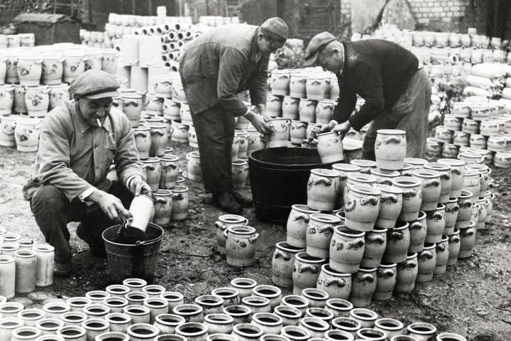 kannen, bembel, graublau, höhr-grenzhausen, natur-kultur-keramik, keramikmuseum westerwald, keramik, arbeiter, schwarzweiß, ton, hollandgänger