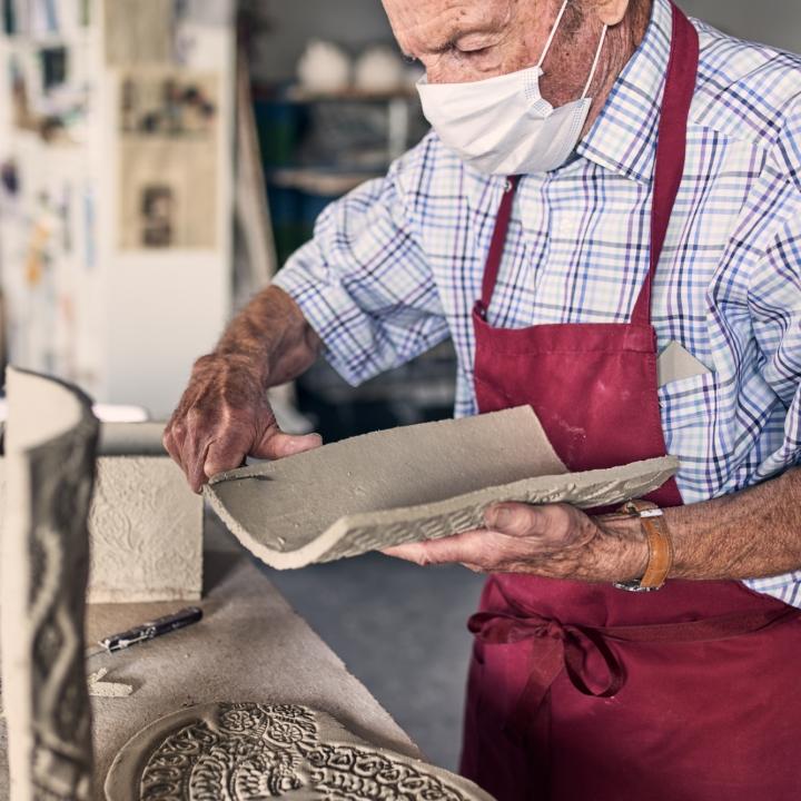 mann, arbeit, keramik, schnitzen, keramikworkshop, kannenbäckerland, natur-kultur-keramik, höhr-grenzhausen, westerwald