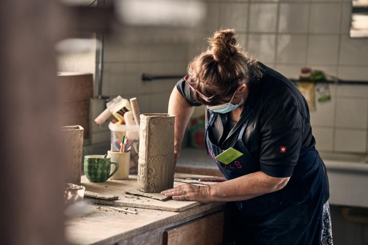 Im Workshop von Susanne Altzweig werden Oberflächen dekoriert