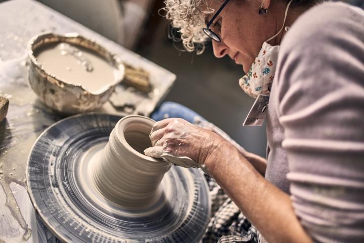 Maria Meyer, workshop, keramikgruppe, drehen, töpfern, ton, handarbeit, frau, licht, drehscheibe, höhr-grenzhausen, natur-kultur-keramik