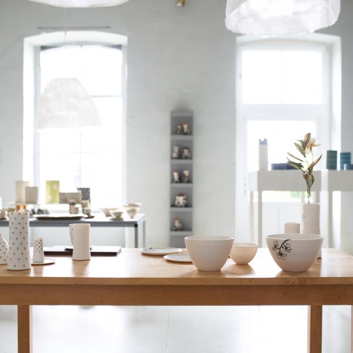 keramik, kasino, keramikkasino, kulturkasino, galerie, keramikatelier, ausstellung, grenzhausen, natur-kultur-keramik, höhr-grenzhausen, tsich, gerschirr, vasen, porzellan, weiß, hell, industrie