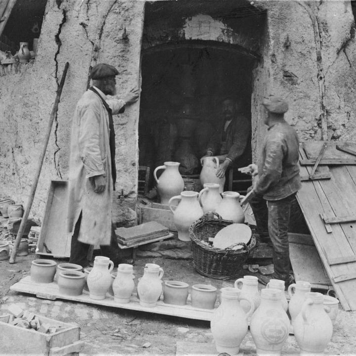 männer, krüge, keramik, keramikkrüge, euler, brennen, kannenofen, stochern, männer, arbeiter, naturkulturkeramik, höhr-grenzhausen, kannenbäckerland, natur-kultur-keramik, keramikstadt, westerwald