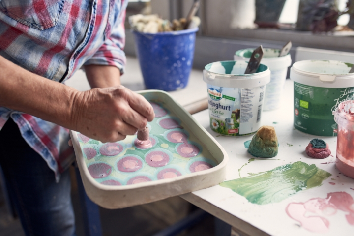 Susanne Altzweig, Keramikerin aus Höhr-Grenzhausen dekoriert eine Keramikschale.
