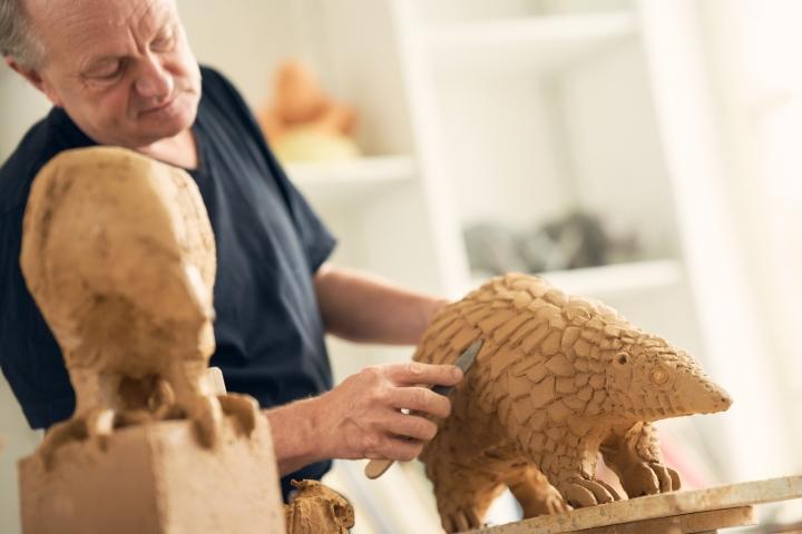 modellieren einer keramischen Tierskulptur