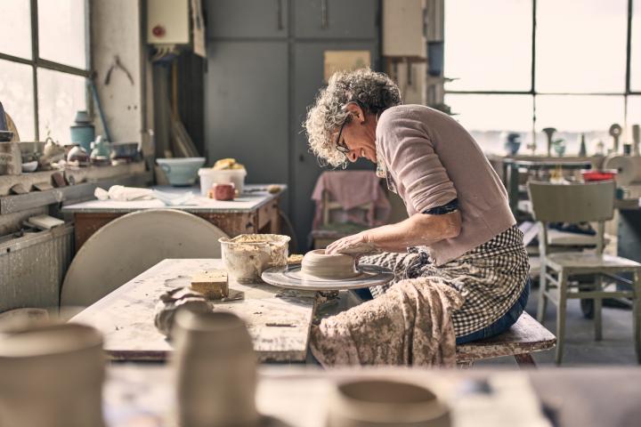 Maria Meyer, Keramikerin aus Höhr-Grenzhausen an der Töpferscheibe. Keramikwerstatt Kaas & Heger beteiligen sich an den Europäische Tage des Kunsthandwerks