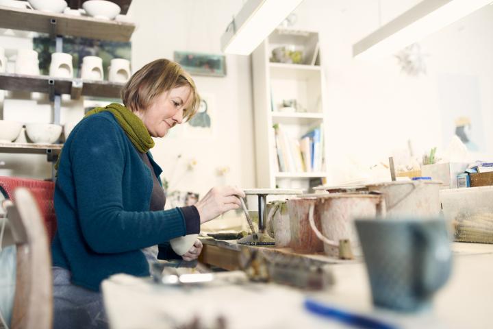Ute Matschke, Keramikerin aus Höhr-Grenzhausen in ihrer Werkstatt
