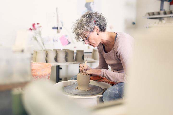 Maria Meyer, Keramikerin aus Höhr-Grenzhausen, in ihrer Werkstatt