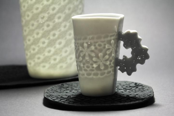 Tassen aus gefaltetem Porzellan aus dem Atelier Claudia Henkel in Höhr-Grenzhausen. Keramikwerstatt Kaas & Heger beteiligen sich an den Europäische Tage des Kunsthandwerks