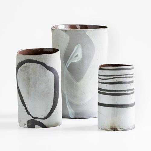 Vasen aus dem Niedrigsalzbrand der Keramikerin Monika Debus