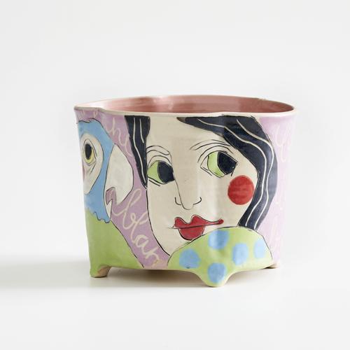 Farbiges Steinzeuggeschirr der Keramikerin Tine Angerer