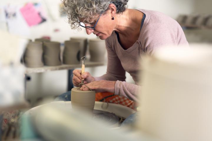 Keramikwerkstätten in Höhr-Grenzhausen. Maria Meyer an der Töpferscheibe