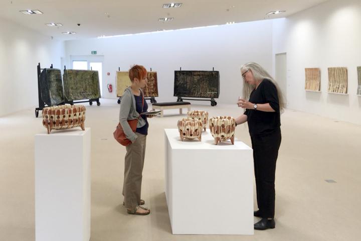 Monika Debus im Gespräch mit der norwegischen Künslerin Marit Tingleff im Keramikmuseum Westerwald
